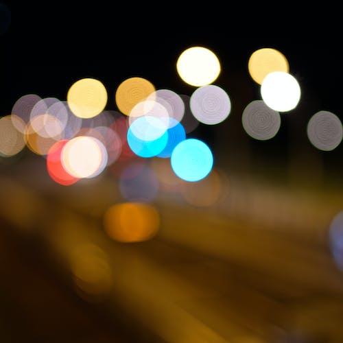 bokeh topları, bulanık, en az, gece içeren Ücretsiz stok fotoğraf