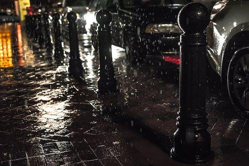 人行道, 城市, 晚上, 汽車 的 免费素材照片