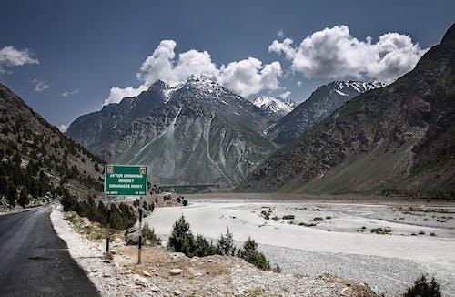 Бесплатное стоковое фото с вода, высокий, горный пик, горный хребет