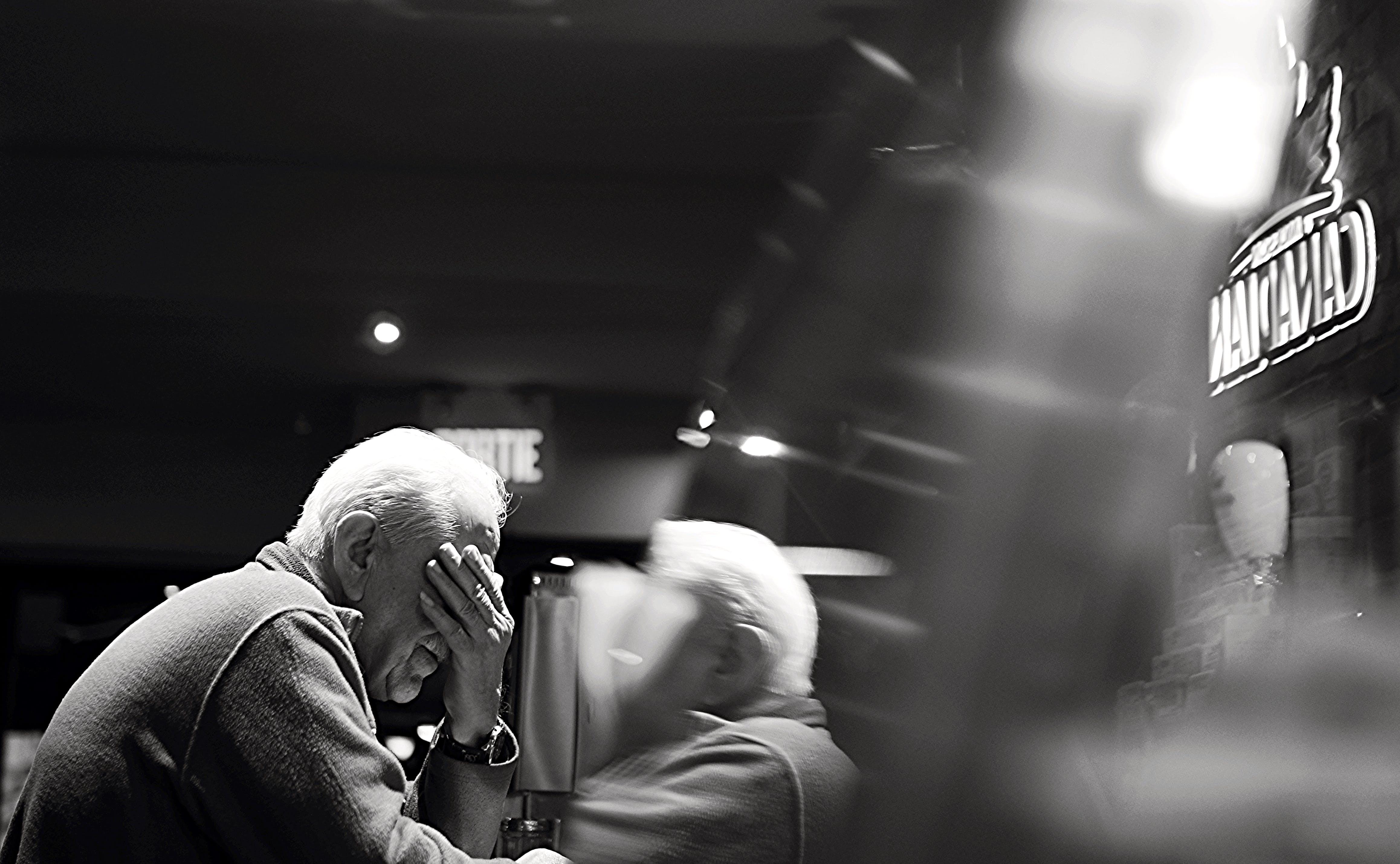 Základová fotografie zdarma na téma černobílý, muž, odraz, osoba