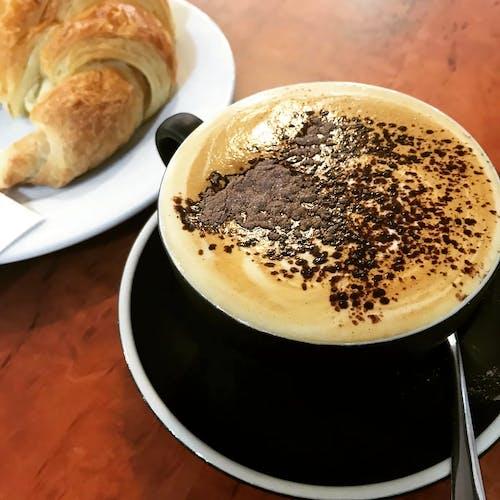 Ilmainen kuvapankkikuva tunnisteilla cappuccino, croissant, herkullista, jauhe