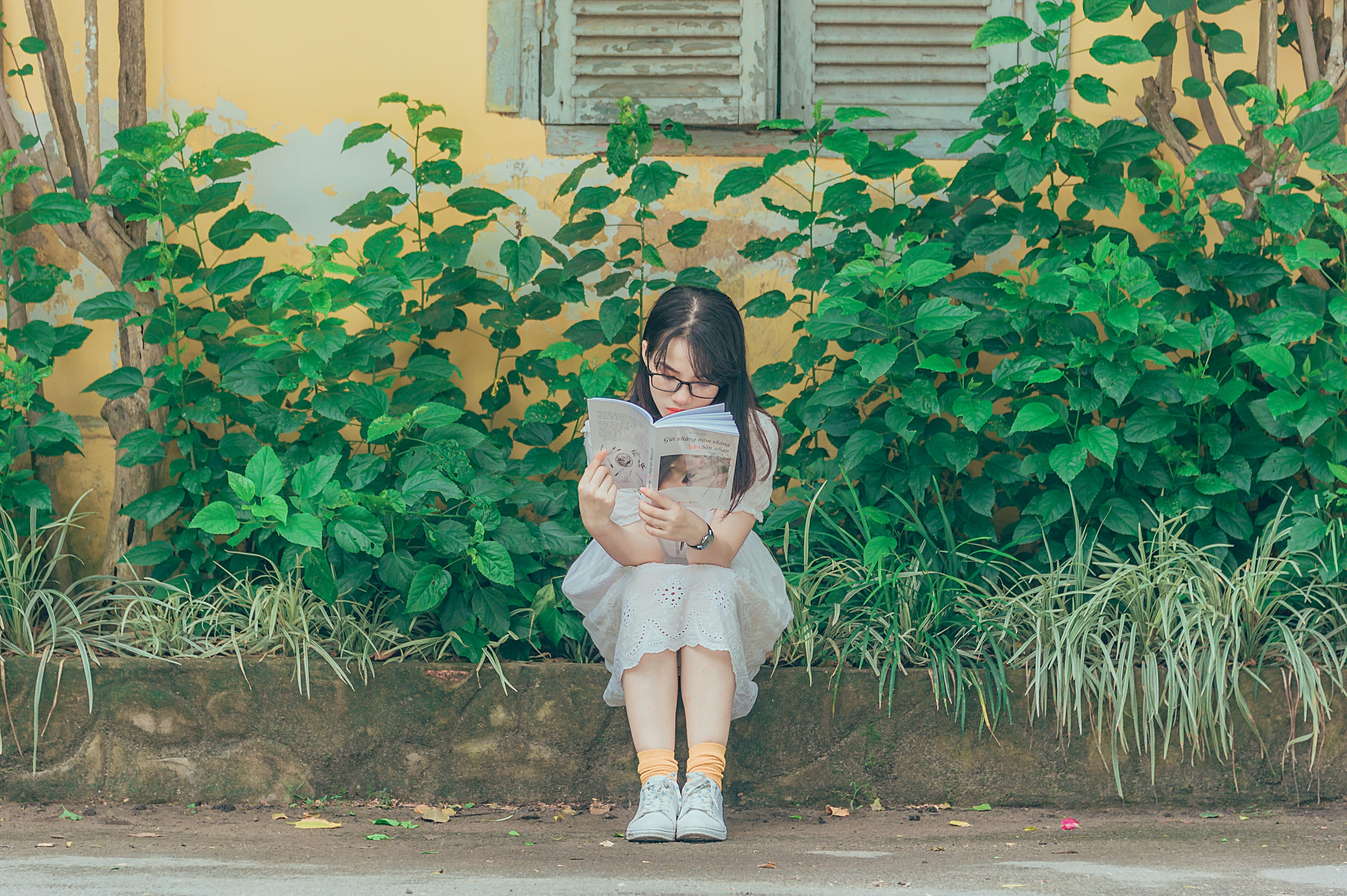 Безкоштовне стокове фото на тему «азіатська дівчина, Дівчина, денний час, дерева»