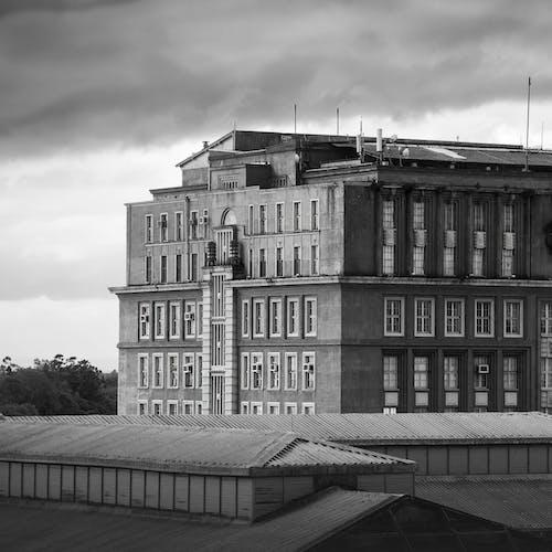 Fotobanka sbezplatnými fotkami na tému architektúra, budova, čiernobiely, deň