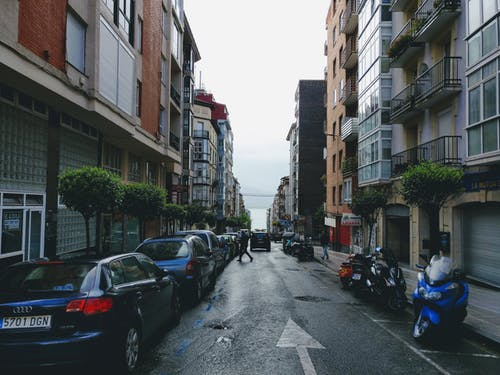 Foto d'estoc gratuïta de apartaments, arquitectura, carrer, carretera