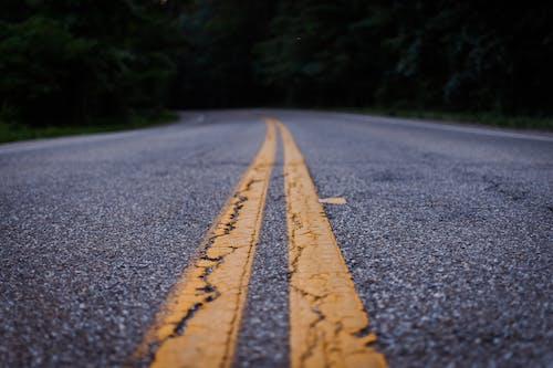 Darmowe zdjęcie z galerii z asfalt, droga, jezdnia, pas