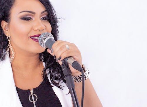 Gratis lagerfoto af kvinde sanger, mikrofon, sanger