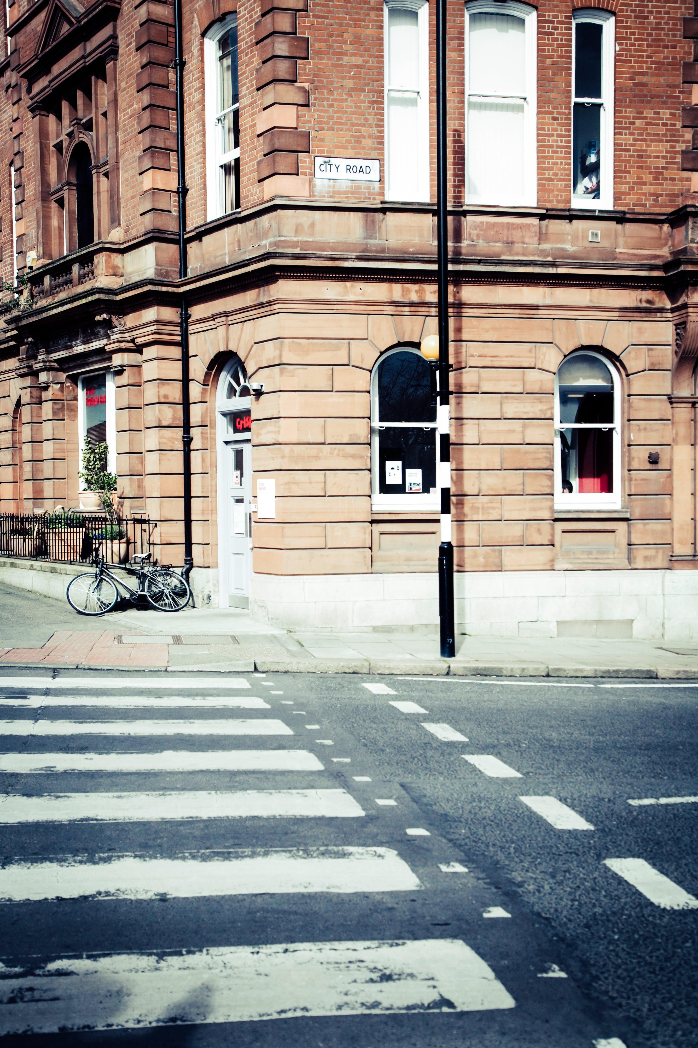 Gratis lagerfoto af arkitektur, bygning, cykel, dagslys