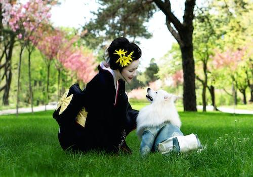 Frau Im Schwarzen Kimono, Der Weißen Japanischen Spitz Betrachtet
