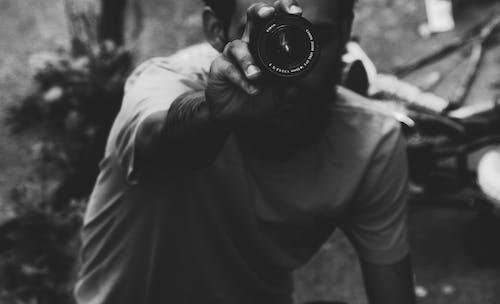 Fotobanka sbezplatnými fotkami na tému čierna a biela, čiernobiely, človek, držanie