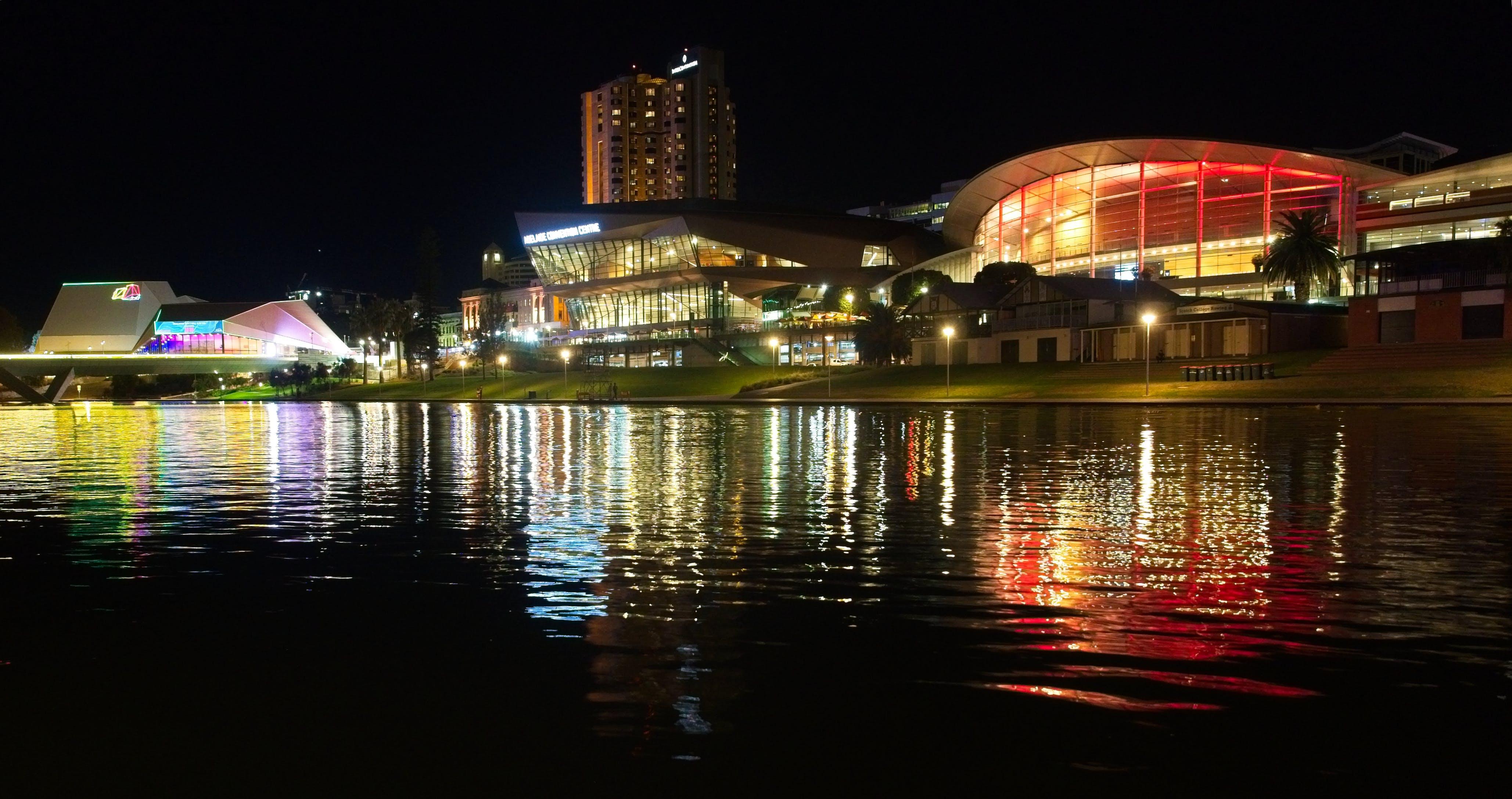 Kostenloses Stock Foto zu brücke, kongresszentrum, nacht, stadt