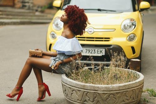 Foto d'estoc gratuïta de carrer, conjunt de roba, cotxe, dama