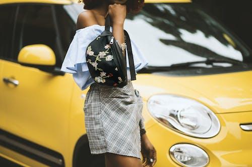 Fotos de stock gratuitas de atuendo, chica, chica de raza negra, coche