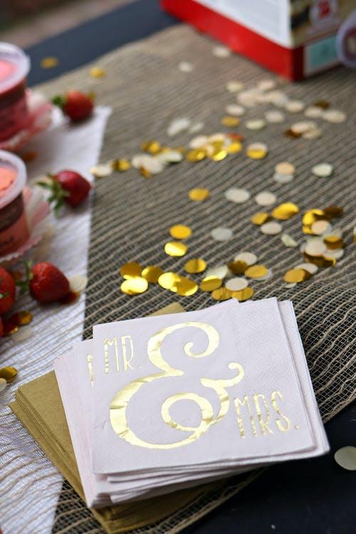 Foto d'estoc gratuïta de cartes, celebració, confeti