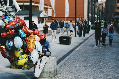 Безкоштовне стокове фото на тему «Вулиця, люди, повітряні кулі, продаж»