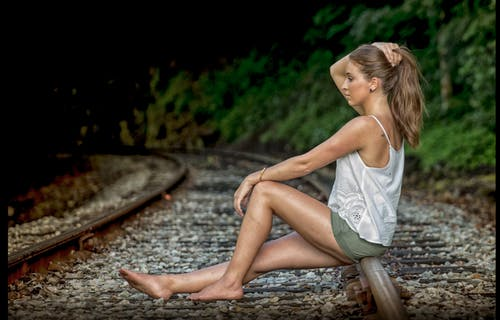 Gratis arkivbilde med fotosesjon, jente, jernbanespor, kvinnelig modell