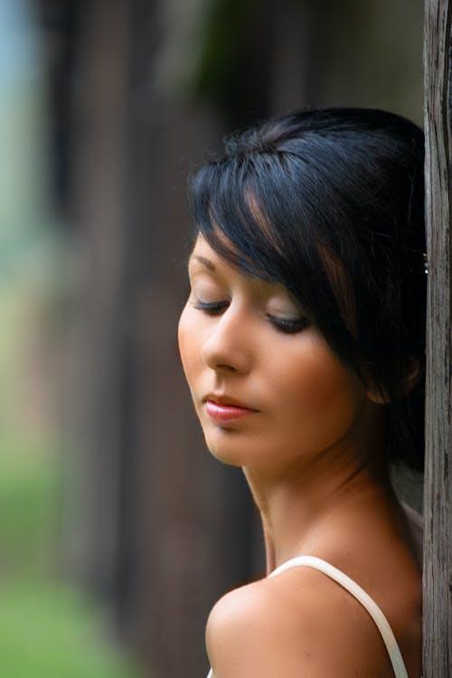 Gratis arkivbilde med avslappende, gangbro, kvinnelig modell, mystisk