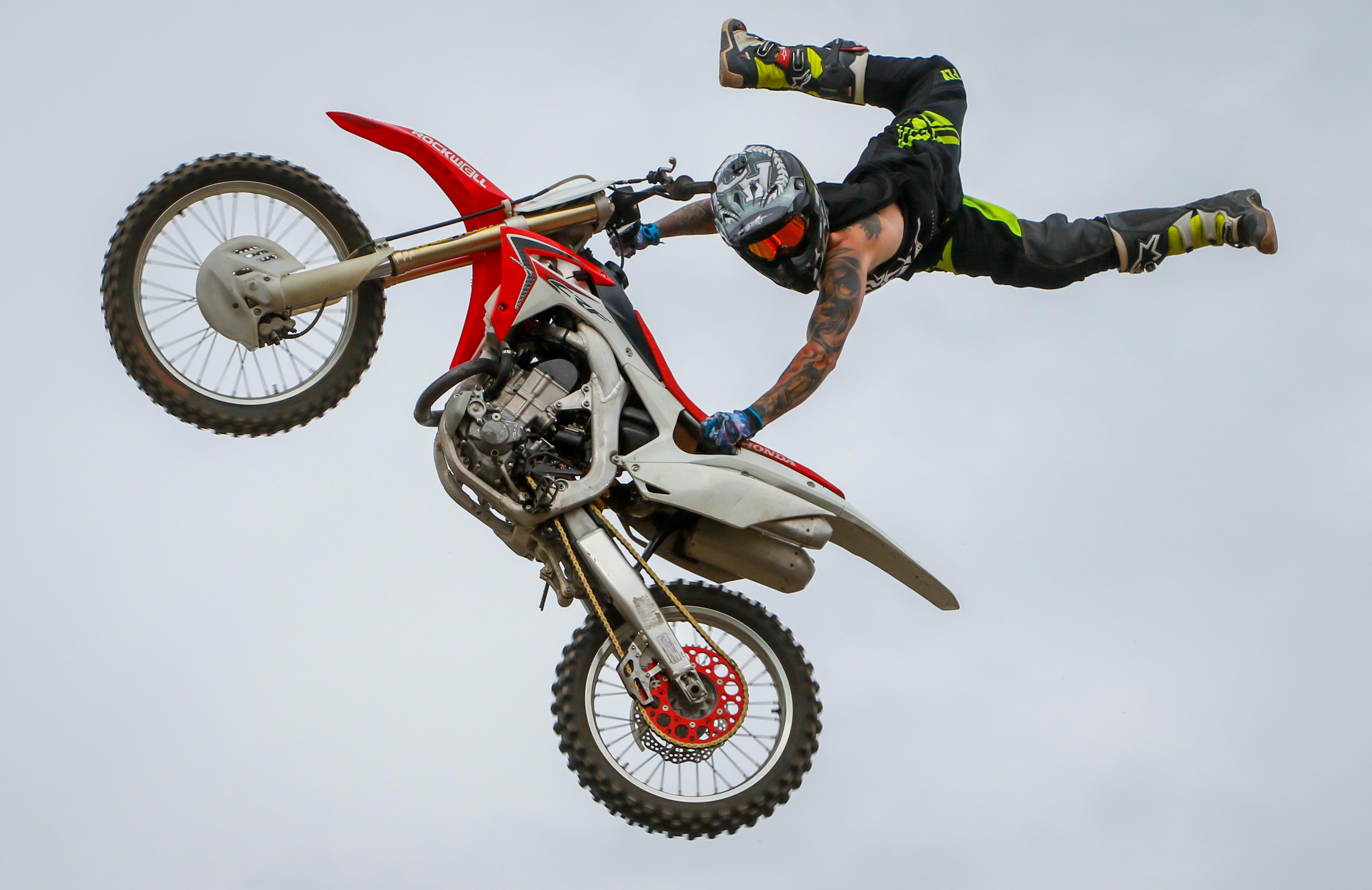 Foto Stok Gratis Tentang Akrobat Terbang Balap Motor Balap Sepeda