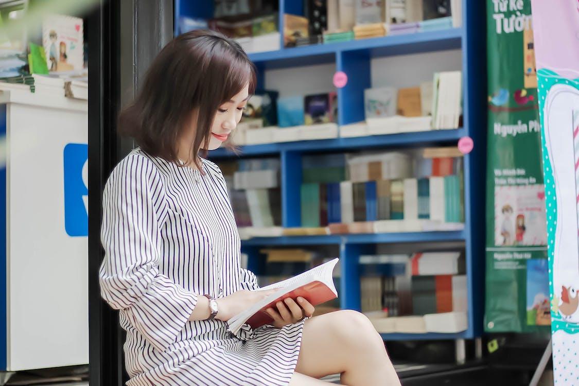 asiatisk kvinna, asiatisk tjej, bok