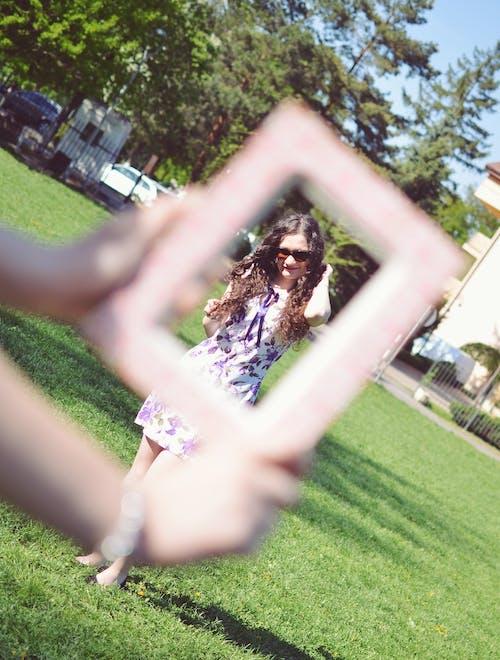 公園, 墨鏡, 外框, 連衣裙 的 免费素材照片