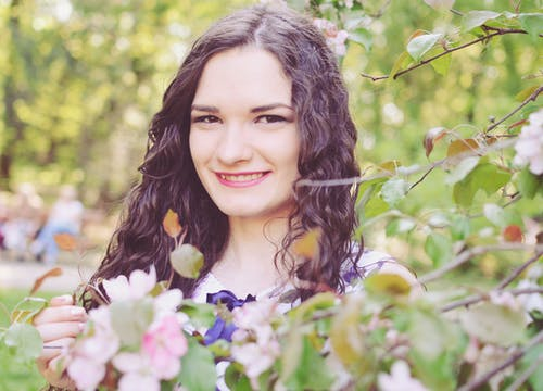 Foto d'estoc gratuïta de cabells castanys, cabells llargs, flors, flors roses