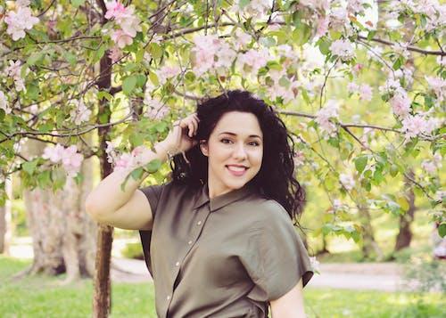 公園, 微笑, 棕髮, 粉紅色的花 的 免费素材照片