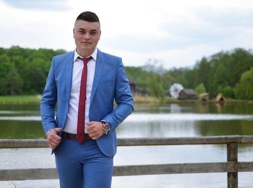 Foto d'estoc gratuïta de corbata vermella, home, home jove, natura