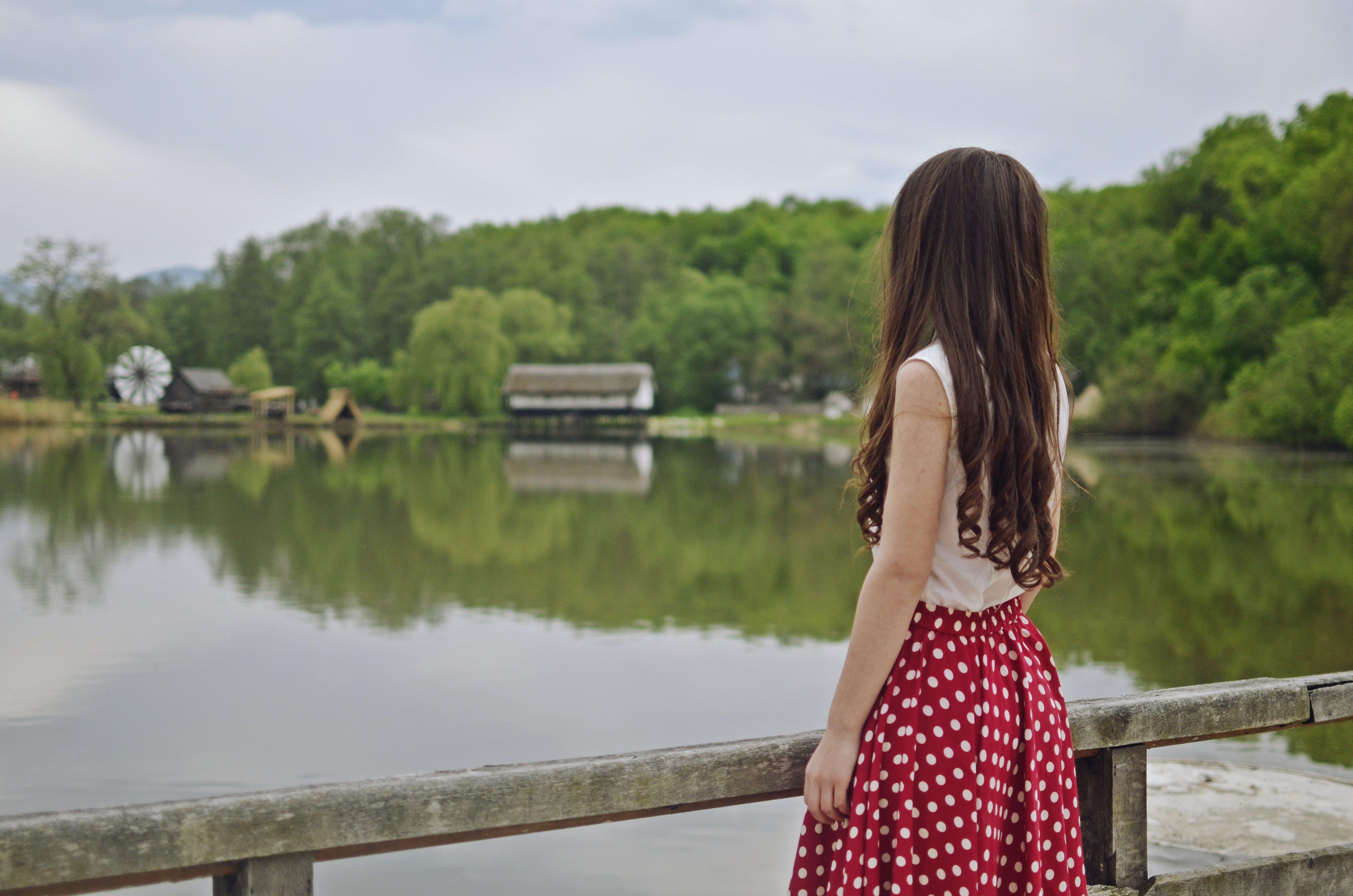 Základová fotografie zdarma na téma červená sukně, denní světlo, dlouhé vlasy, holka