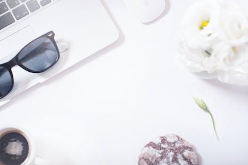 Immagine gratuita di cibo, fiore, flat lay, laptop
