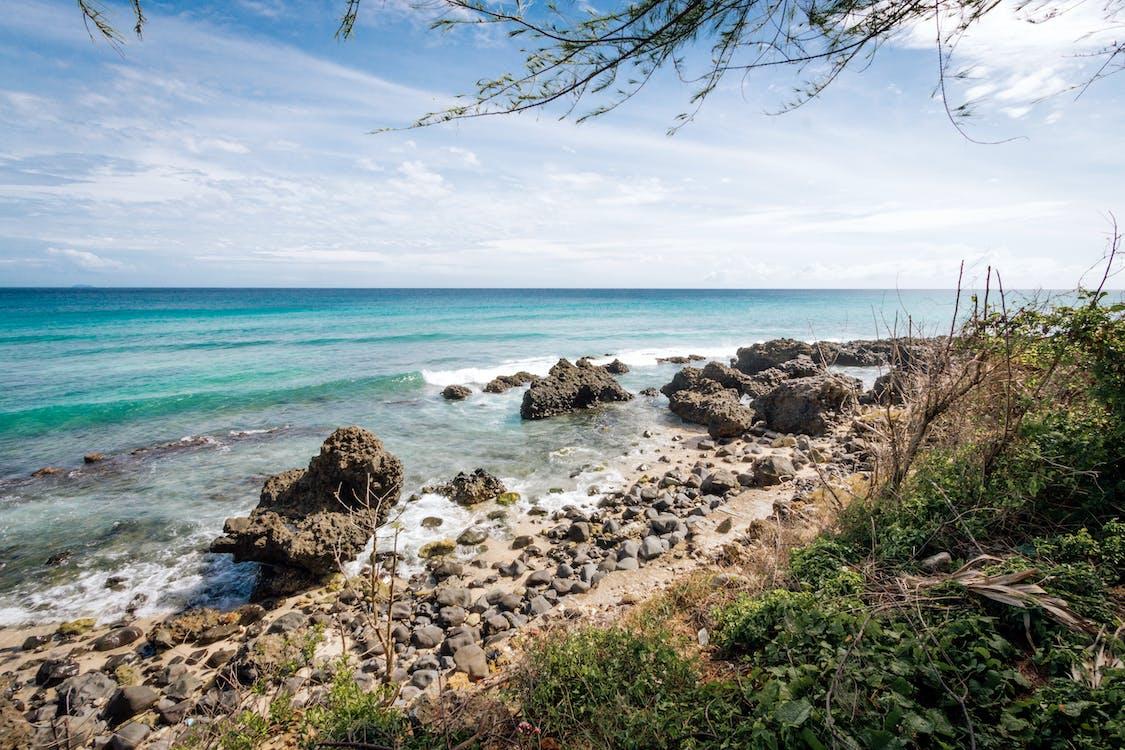 bord de mer, cailloux, ciel bleu