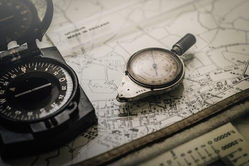 Darmowe zdjęcie z galerii z instrument, kompas, liczby, mapa