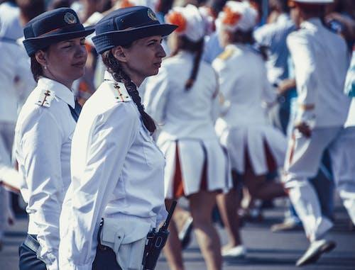 Foto profissional grátis de agrupar, amontoado, boné, desfile