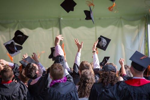Základová fotografie zdarma na téma absolventů, házení, hod, kšiltovka