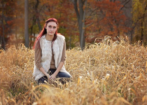 Foto d'estoc gratuïta de bellesa, herba, llum natural, moda