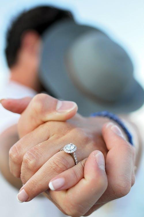 Foto d'estoc gratuïta de aigua, amor, anell, barret