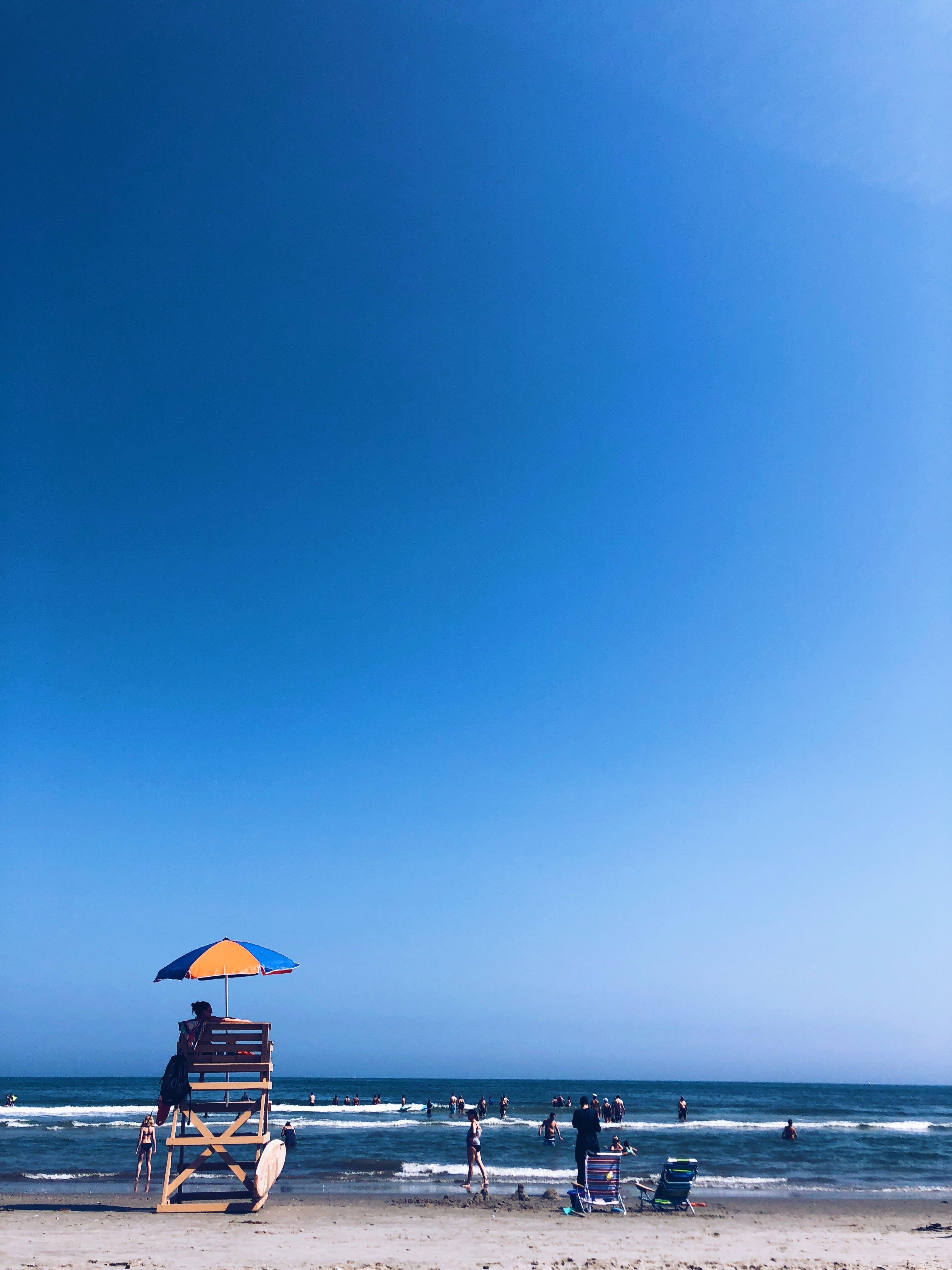Základová fotografie zdarma na téma deštník, dovolená, krajina, lehátko