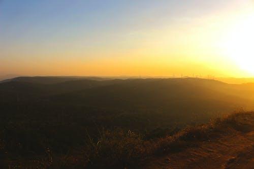 Foto profissional grátis de #voar, colina, entardecer, golden sun