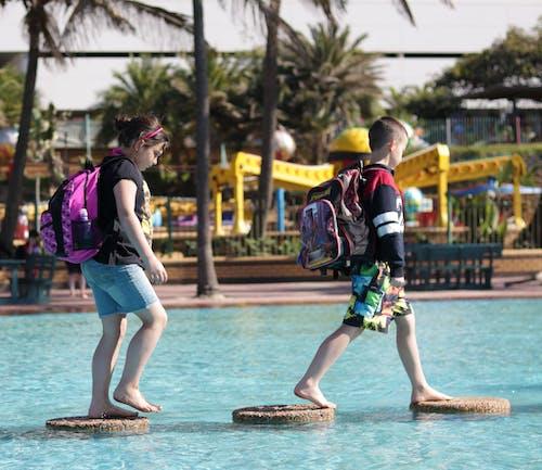 Photos gratuites de enfants marchant sur l'eau