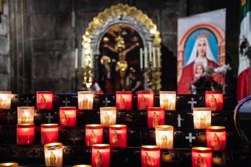 Kostenloses Stock Foto zu altar, anbetung, beleuchtung, beten