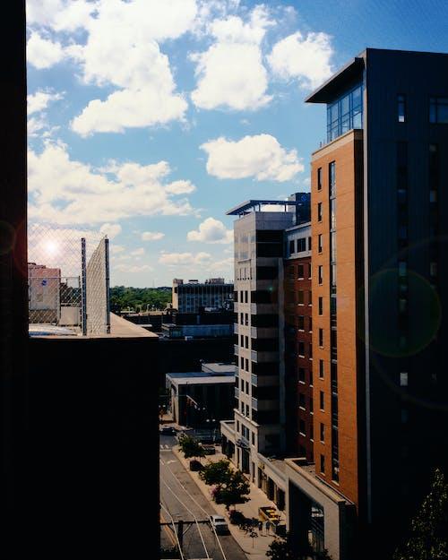 Gratis arkivbilde med appelsin, blå, blå himmel, bygninger