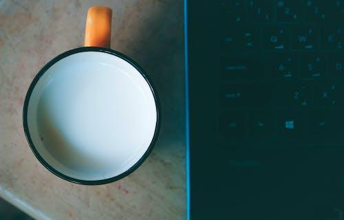 Gratis lagerfoto af bærbar computer, drink, farve, fra oven