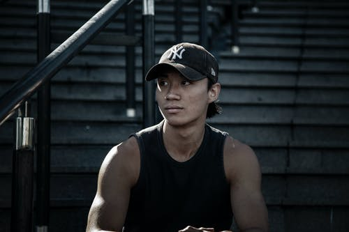 Kostenloses Stock Foto zu asiaten, asiatischer mann, baseball kappe, dunkel