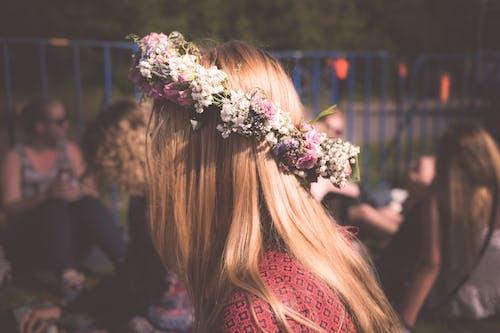 Darmowe zdjęcie z galerii z kobieta, korona kwiatowa, kwiaty, moda
