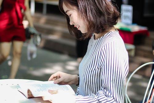 Darmowe zdjęcie z galerii z azjatka, azjatycka dziewczyna, czytanie, dziewczyna
