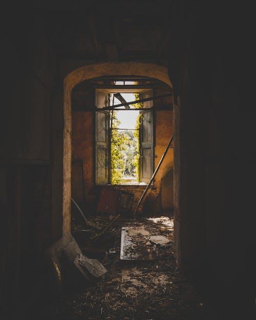bina, kapalı mekan, kapı, kapı aralığı içeren Ücretsiz stok fotoğraf