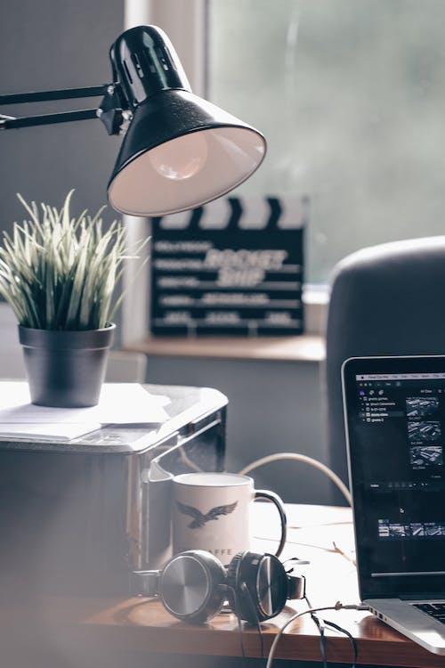 Ilmainen kuvapankkikuva tunnisteilla huone, konttori, kuppi, lamppu