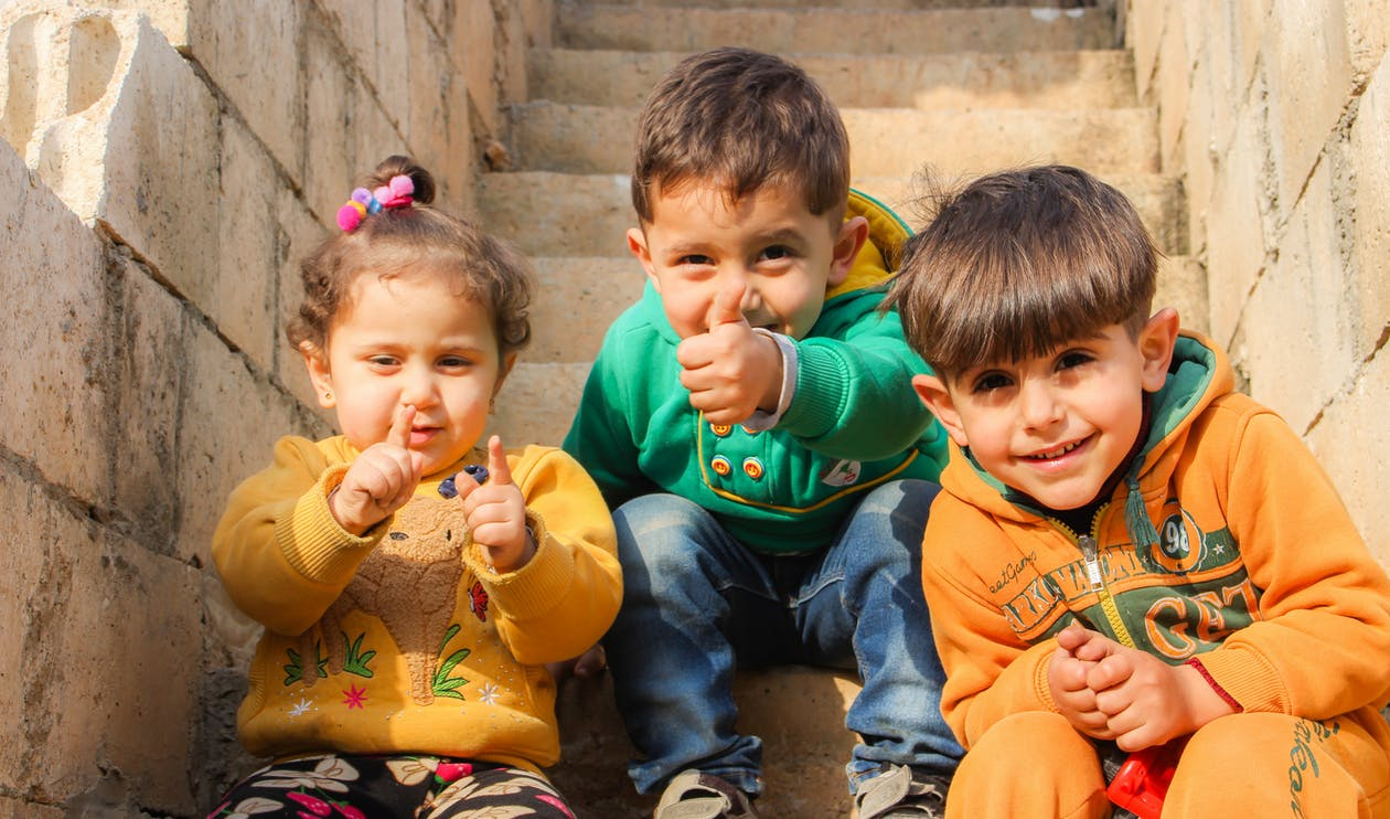 Tres Niños Sentados En Las Escaleras