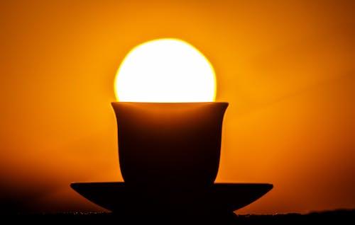 日没時のソーサーの茶碗のシルエット
