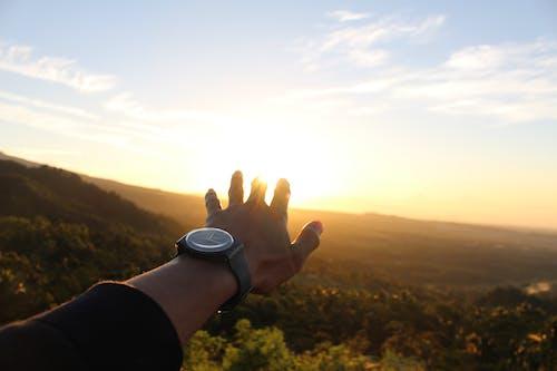 Fotobanka sbezplatnými fotkami na tému denné svetlo, malebný, obloha, ruka
