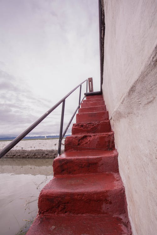 Foto stok gratis langit biru, merah, tangga