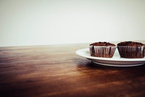 Gratis stockfoto met bord, chocolade, cupcakejes, eten